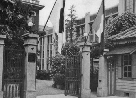 百年誌写真集には 終戦前の正門 として掲載されています