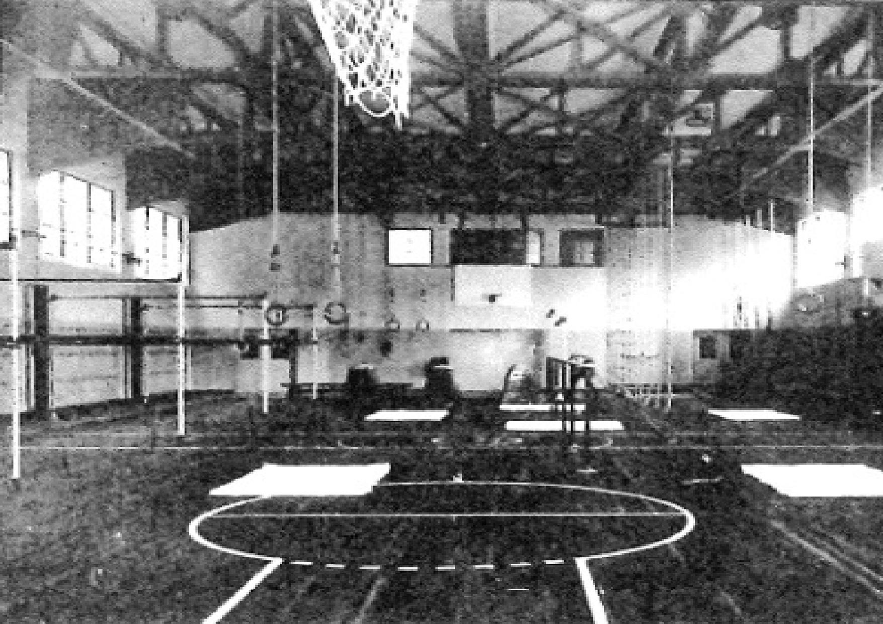 百年誌に掲載されている 新築当時の体育場